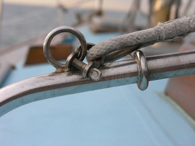 Boog snapshackle op een jacht stock afbeeldingen