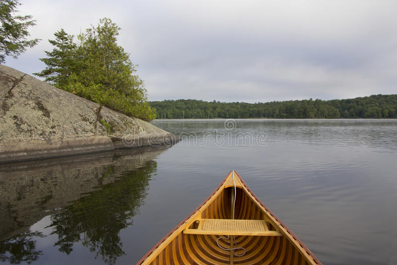 Boog van Cedar Canoe op een Meer in Noordelijk Ontario stock foto's