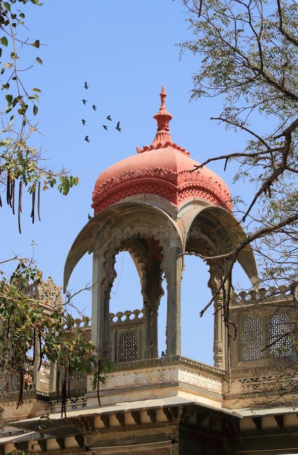 Boog van de dak de Historische Architectuur in Udaipur, Rajasthan, Indi royalty-vrije stock foto's