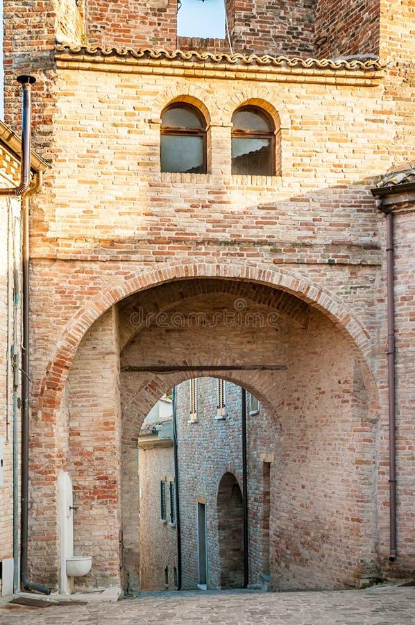 Boog van de Torenklok van Monteguiduccio stock afbeeldingen