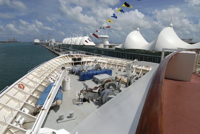 Boog van een cruiseschip in haven