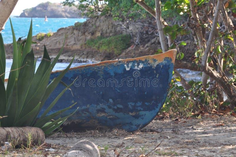 Boog van een oude blauwe boot op een eiland royalty-vrije stock foto's