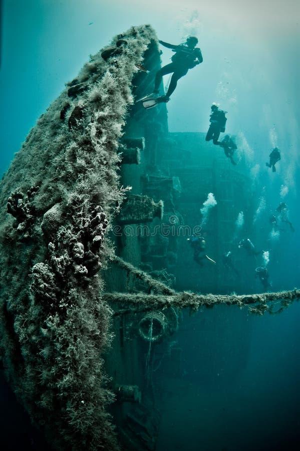 Boog van schipwrak met duikers royalty-vrije stock fotografie