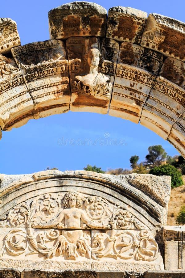 Boog van tempel van hadrian in ephesus stock foto