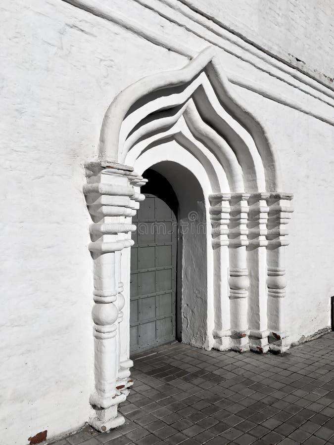 Boogdeur - architecturale details van een oud orthodox klooster stock foto's