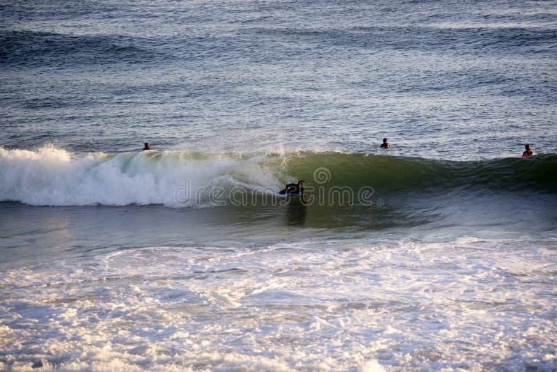 Boogieboard, vague, sports aquatiques, scène de coucher du soleil images stock