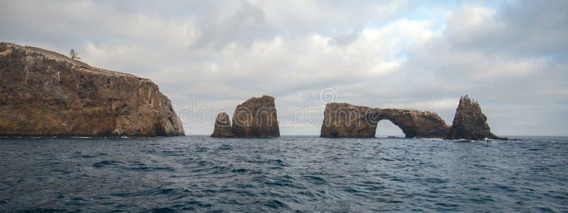 Boogrots en Vuurtoren van Anacapa-Eiland van het Nationale Park van Kanaaleilanden van de gouden kust van Californië Verenigde St stock foto