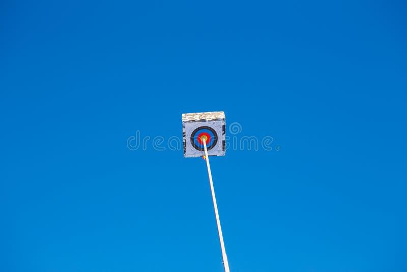 Boogschietendoel met het uitsteken van pijl hoog in blauwe hemel stock foto