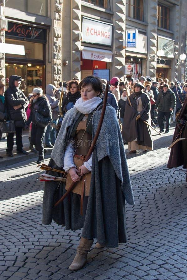 Boogvrouw in middeleeuws kostuum bij traditionele parade van het middeleeuwse festival van Epiphany Befana in Florence, Toscanië, stock fotografie