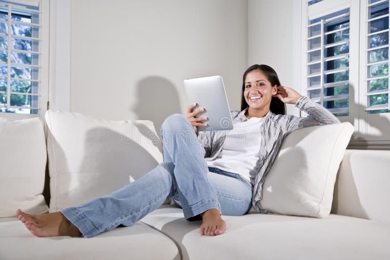 book couch electronic hispanic reading woman στοκ φωτογραφίες με δικαίωμα ελεύθερης χρήσης