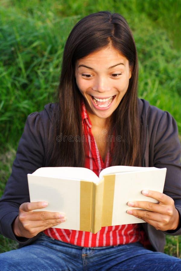 book den spännande avläsningskvinnan royaltyfri foto