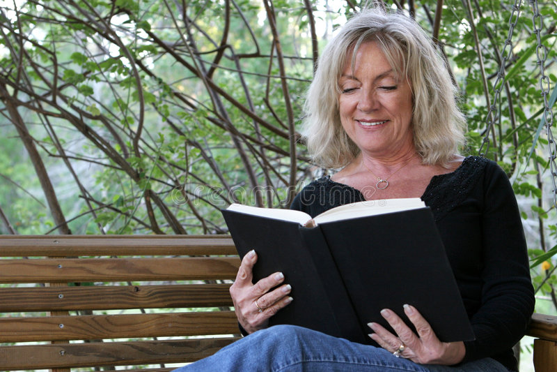 book enjoying στοκ φωτογραφίες με δικαίωμα ελεύθερης χρήσης