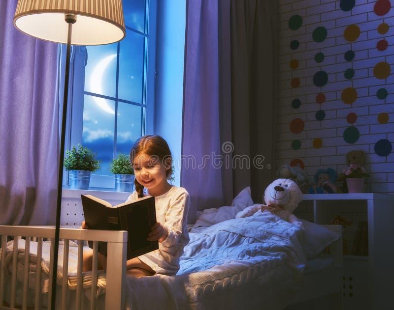 book flickaavläsning royaltyfri foto