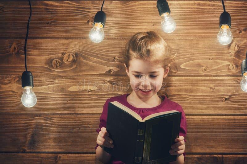 book flickaavläsning arkivbilder