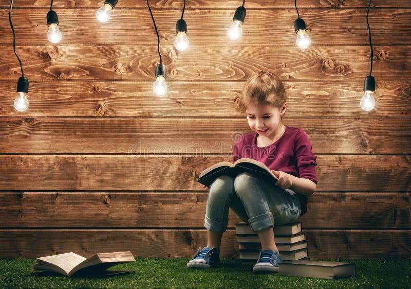 book flickaavläsning arkivfoto