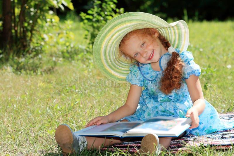 book flickan arkivfoton