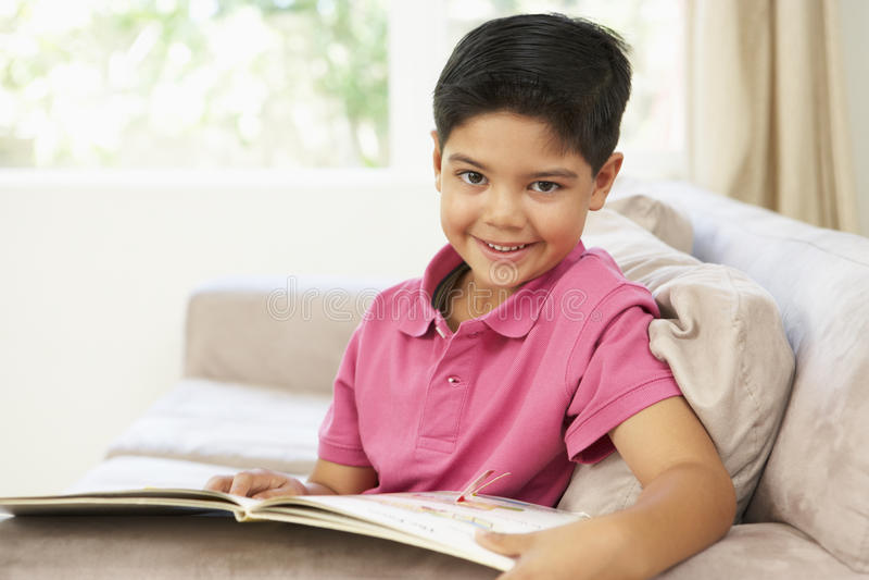 book home avläsningsbarn för pojken arkivbild