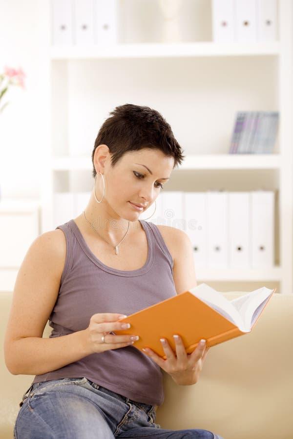 book reading woman στοκ εικόνες με δικαίωμα ελεύθερης χρήσης