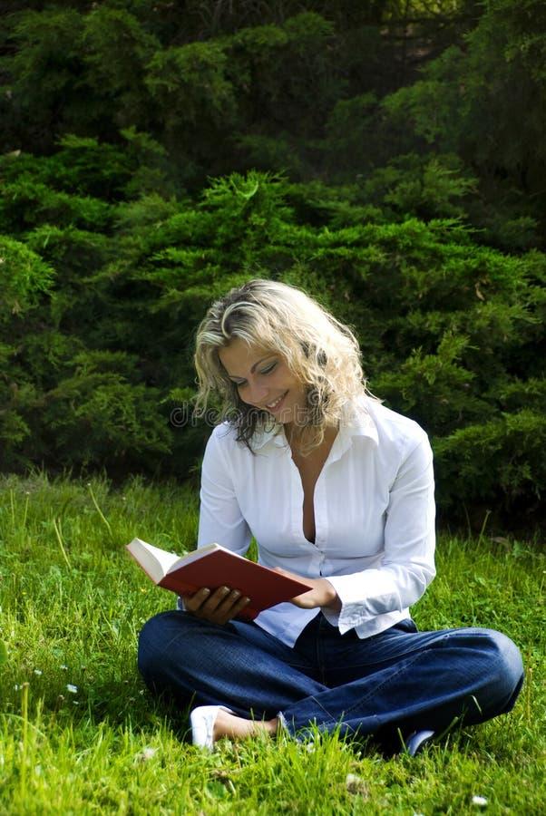 book reading woman royaltyfri bild