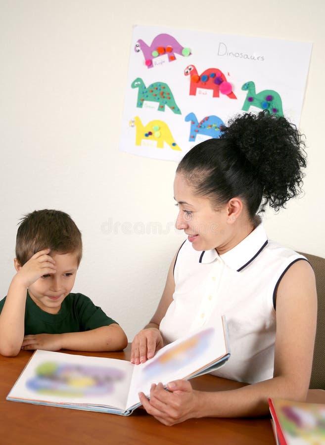 book som henne, läser förträningen lärarkandidaten royaltyfri foto
