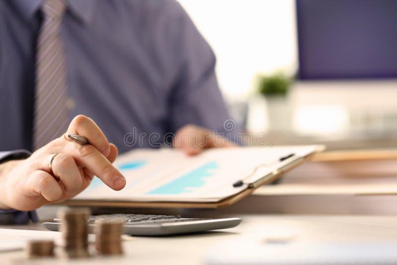 Booker Calculate Finance Budget Tax rapportbegrepp royaltyfri foto