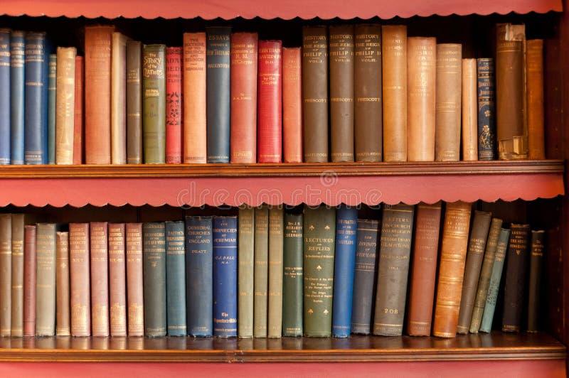 Bookeshelf com livros velhos foto de stock royalty free