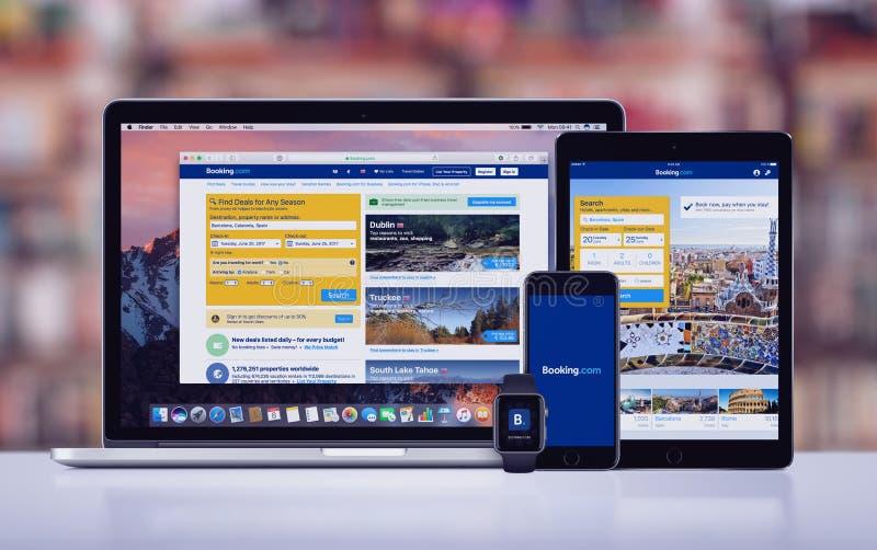 booking Com op Apple-iPhone 7 Horloge en Macbook van iPad het Proapple Pro royalty-vrije stock foto's