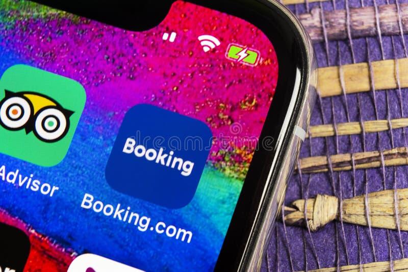 bookishly com-applikationsymbol på närbild för skärm för Apple iPhone X Bokningapp-symbol bookishly com Socialt massmedia app bil royaltyfri fotografi