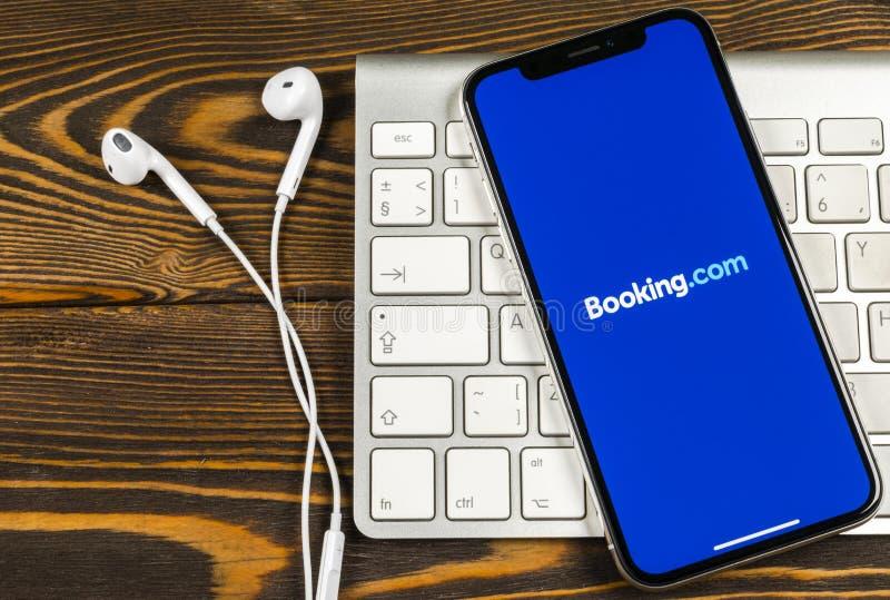bookishly com-applikationsymbol på närbild för skärm för Apple iPhone X Bokningapp-symbol bookishly com Socialt massmedia app bil royaltyfria bilder