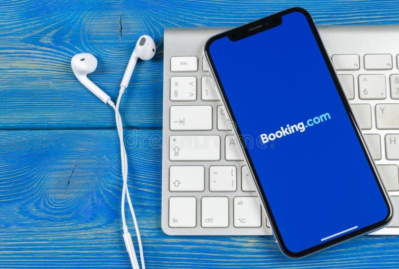bookishly com-applikationsymbol på närbild för skärm för Apple iPhone X Bokningapp-symbol bookishly com Socialt massmedia app bil arkivbild