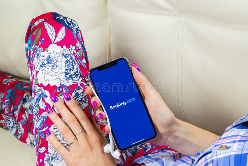 bookishly com-applikationsymbol på närbild för skärm för Apple iPhone X i kvinnahänder Bokningapp-symbol bookishly com Socialt ma arkivbilder