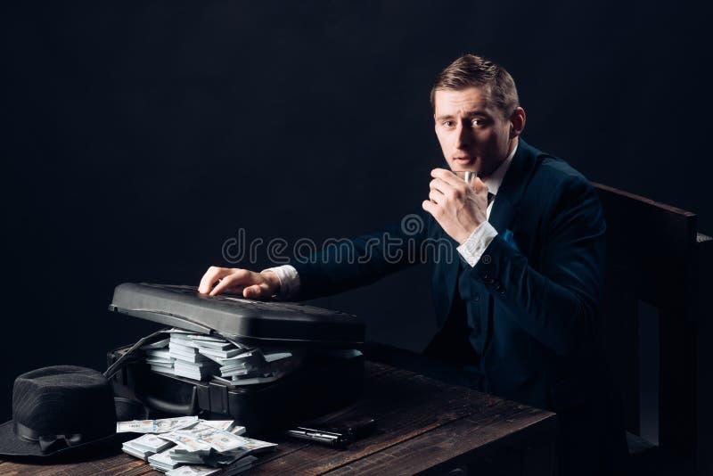 Концепция мелкого бизнеса Человек в костюме Мафия Зарабатывать деньги Работа бизнесмена в офисе бухгалтера Экономика и финансы стоковые фотографии rf