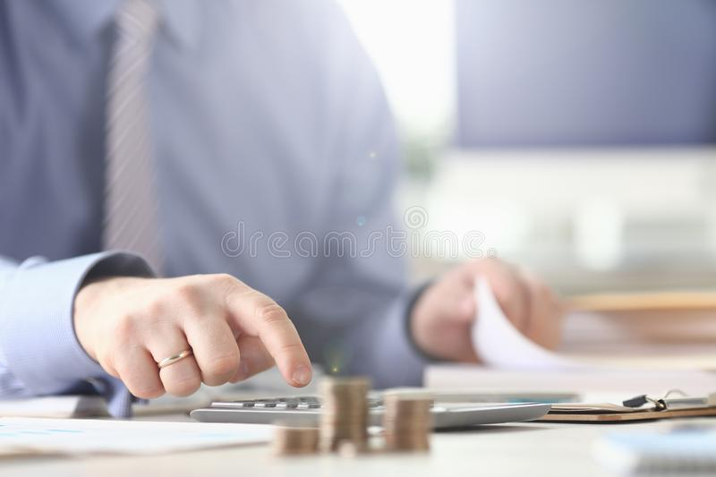 Bookkeeper Calculate Expate Tax Report stockfoto