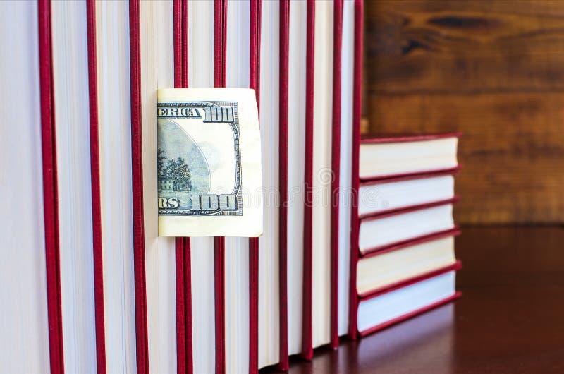 Bookmark in Form eines Dollars in einem der Bücher lizenzfreies stockfoto