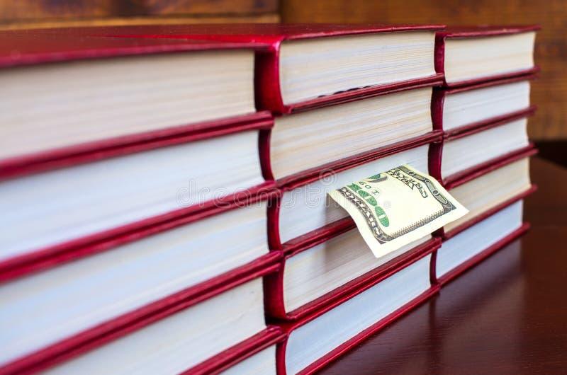 Bookmark in Form eines Dollars in einem der Bücher lizenzfreie stockbilder