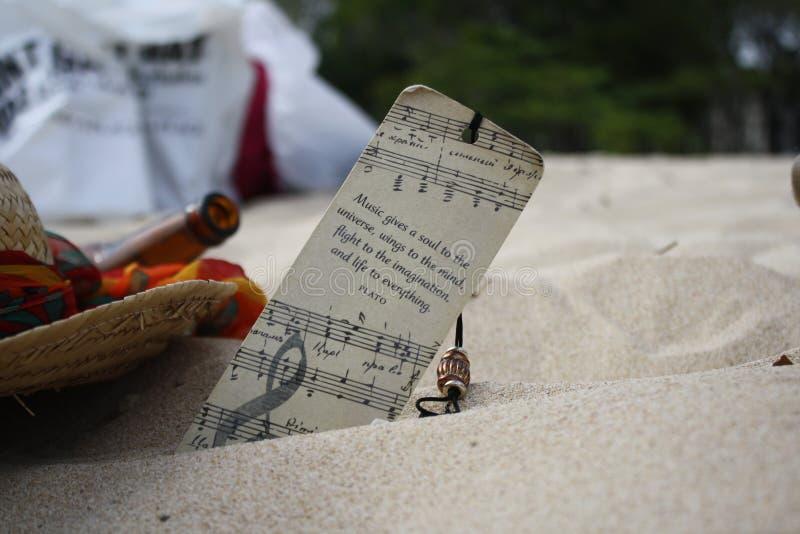 Bookmark im Sand lizenzfreie stockbilder