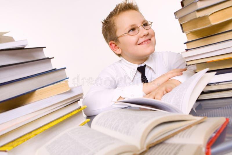 books den omgivna lyckliga skolan för pojken arkivfoton