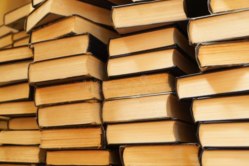 books gammala staplar arkivfoton
