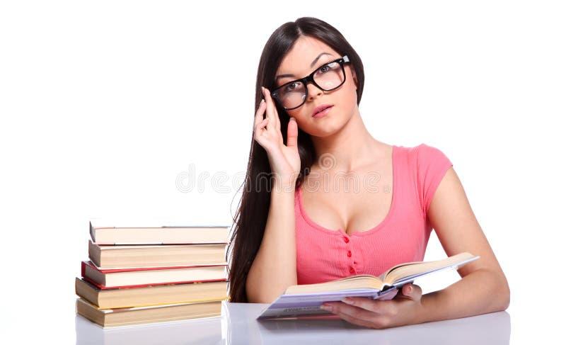 books högskolaflickan royaltyfri bild