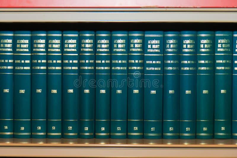 books internationell lag för bokhylla royaltyfri foto