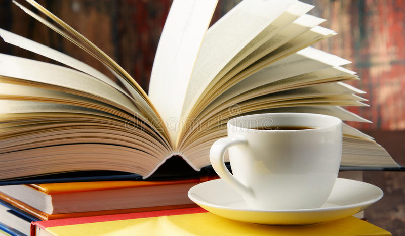 books kaffesammansättningskoppen arkivbild