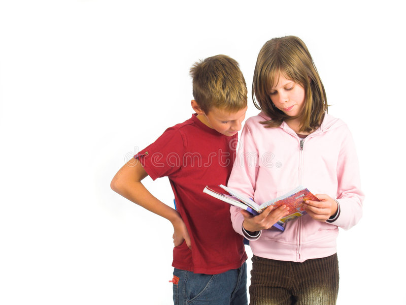 books pojkeflickan som plattforer ung royaltyfri bild