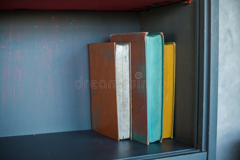 bookshelves vecchi libri sullo scaffale, fondo immagine stock