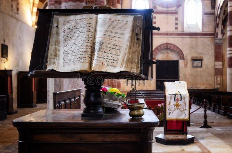 Bookstand con el manuscrito latino fotografía de archivo