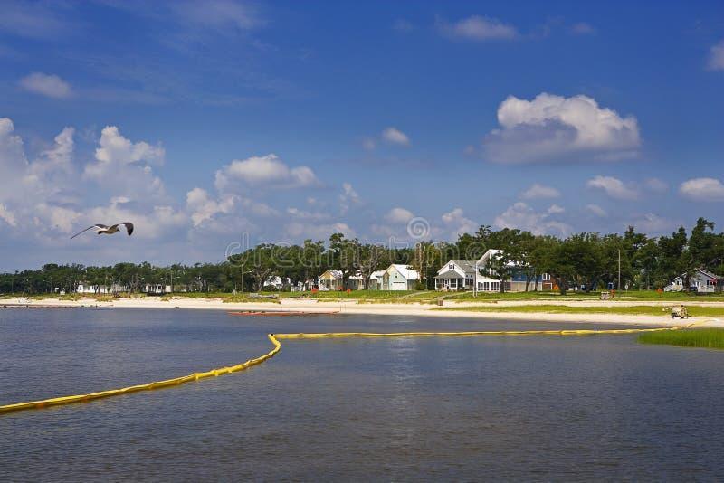 Boom del petróleo y bahía amarillos, costa del golfo foto de archivo