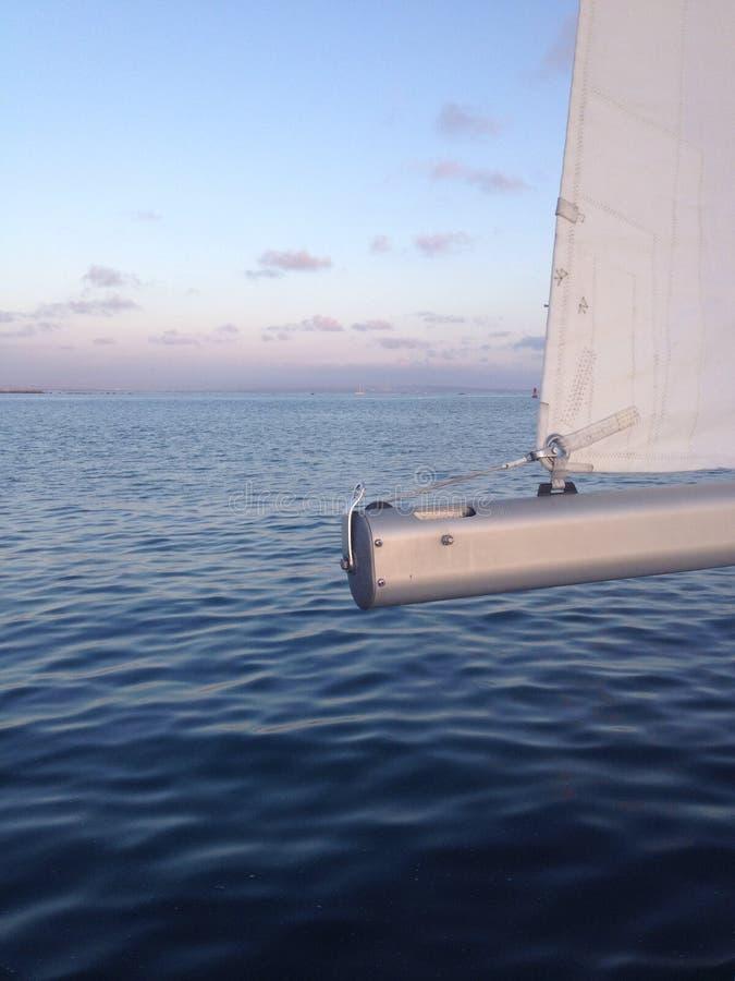 Boom et navigation sur l'océan photographie stock