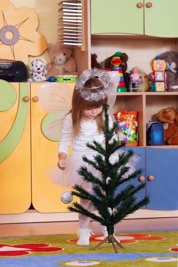 Boom-jaar meisje die en in kleuterschool spelen leren stock foto's
