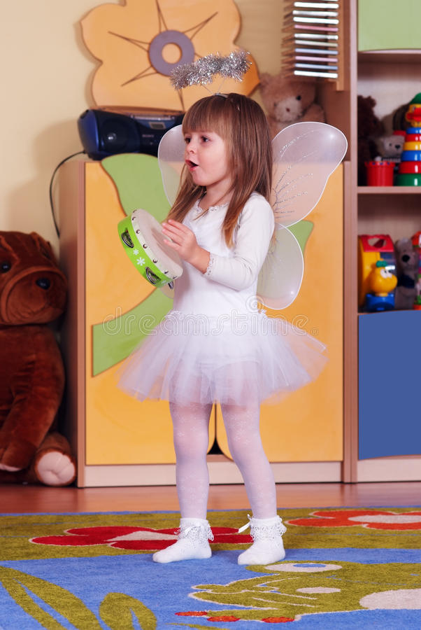 Boom-jaar meisje die en in kleuterschool spelen leren royalty-vrije stock afbeeldingen