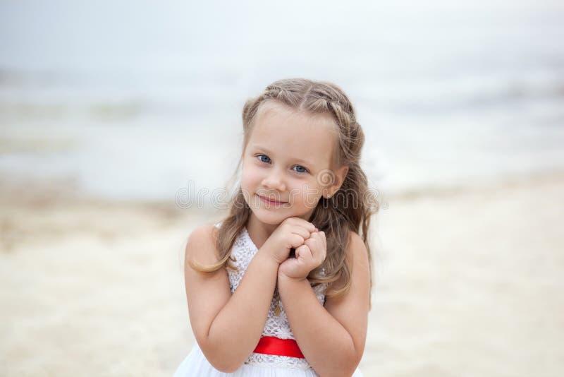 Boom op gebied Gelukkig kinderjaren onbezorgd spel op het open zand Het concept rust Meisje op het overzees met een schip Portret royalty-vrije stock afbeelding