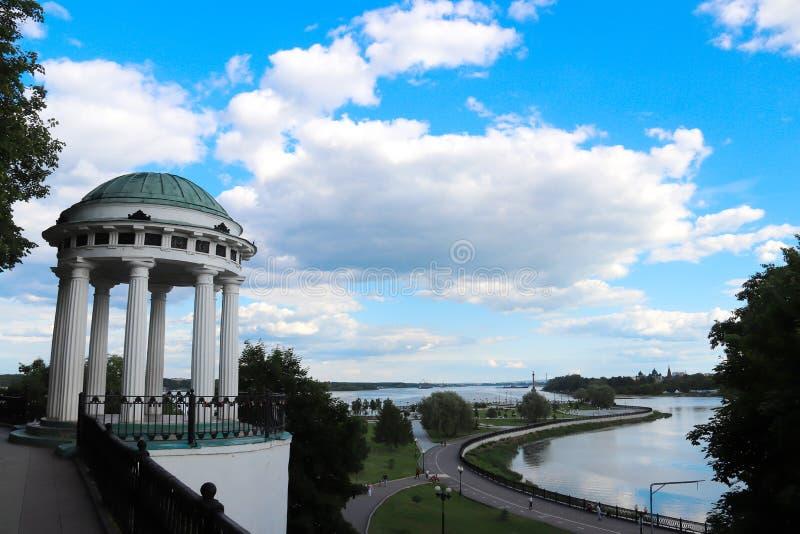 Boom op gebied Volga de dijk is de parel van Yaroslavl Park  stock foto